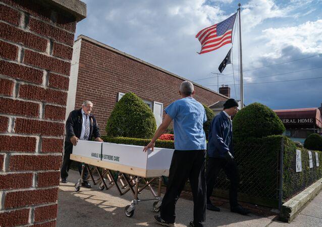 米ルイジアナ州 ハリケーンで墓地から流された棺が村に散乱