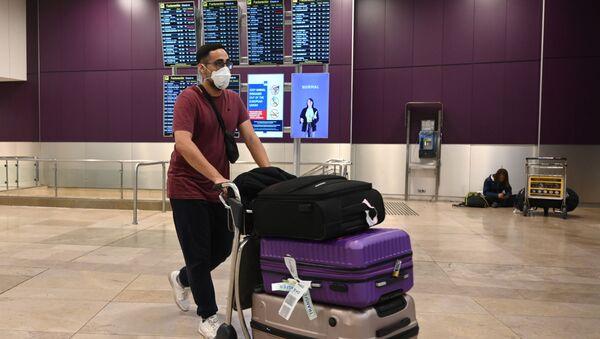 Пассажир в медицинской маске и с чемоданами в международном аэропорту Барахас в Мадриде - Sputnik 日本