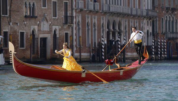 Гондола во время Венецианского карнавала в Венеции, Италия - Sputnik 日本