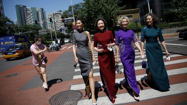 8月13日、北京商務中心区でチャイナドレスを着て通りを歩く林瑋さん、孫洋さん、王念文さん、王星火さん(左から右) - Sputnik 日本