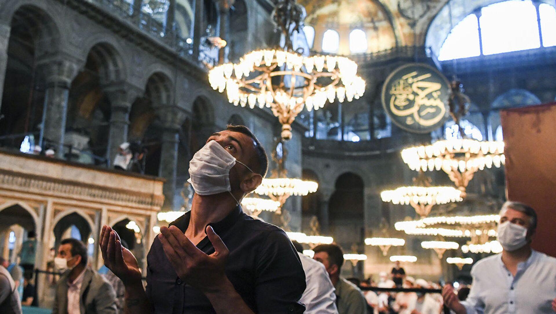 Мусульмане в медицинских масках во время молитвы в соборе Святой Софии в Стамбуле, недавно вновь ставшем мечетью - Sputnik 日本, 1920, 16.09.2021
