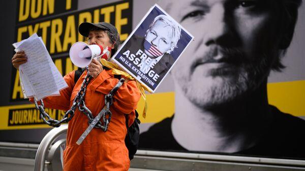Сторонница Джулиана Ассанжа на митинге против экстрадиции Джулиана Ассанжа в Лондоне, Великобритания - Sputnik 日本