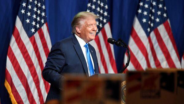 Президент США Дональд Трамп во время выступления перед сторонниками в Северной Каролине - Sputnik 日本