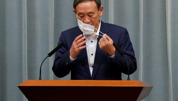 Генеральный секретарь Кабинета министров Японии Есихидэ Суга во время пресс-конференции  - Sputnik 日本