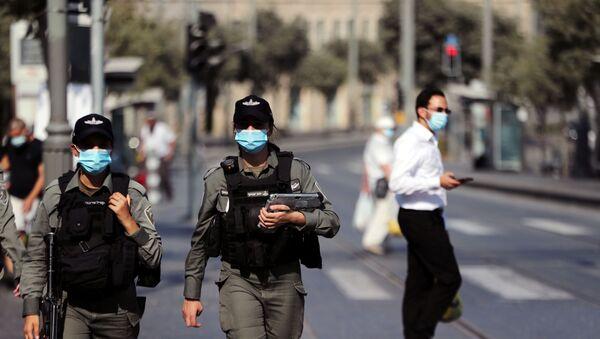 Израильские полицейские в медицинских масках патрулируют главный рынок в Иерусалиме - Sputnik 日本