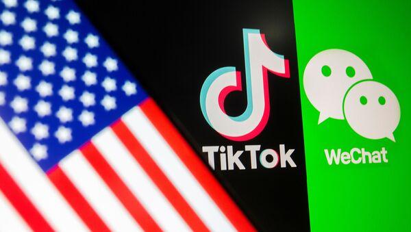 Логотипы TikTok и WeChat на фоне флага США - Sputnik 日本