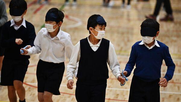 Ученики начальной школы Ariake-nishi Gakuen в медицинских масках - Sputnik 日本