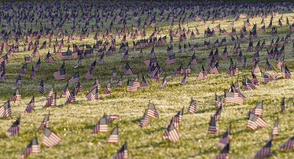 コロナで死亡した市民を追悼する星条旗
