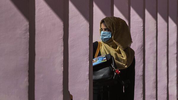 Школьница в маске и платке у школы в Сринагаре, Кашмир - Sputnik 日本