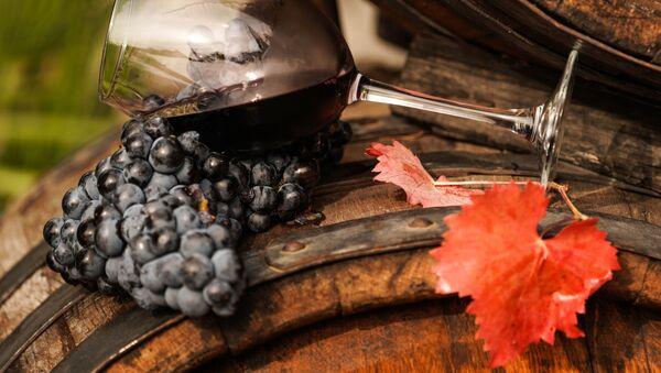 Виноградная лоза и вино в бокале на винодельческом предприятии Массандра в Крыму - Sputnik 日本
