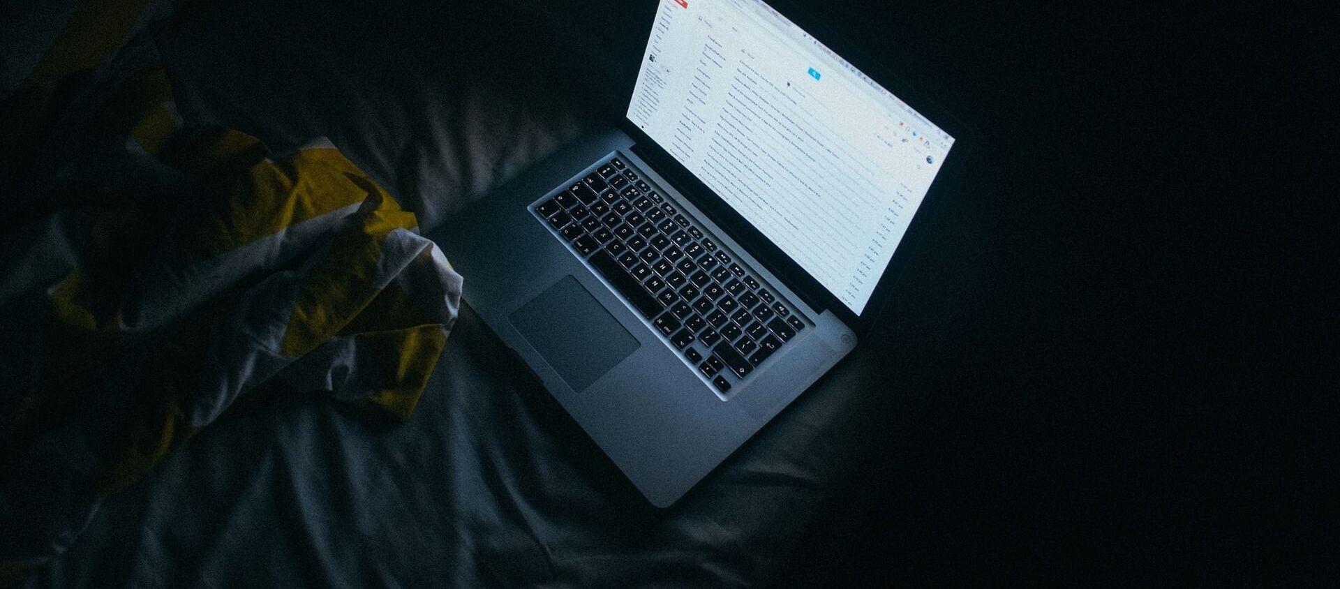 Ноутбук с открытой почтой Gmail - Sputnik 日本, 1920, 04.03.2021