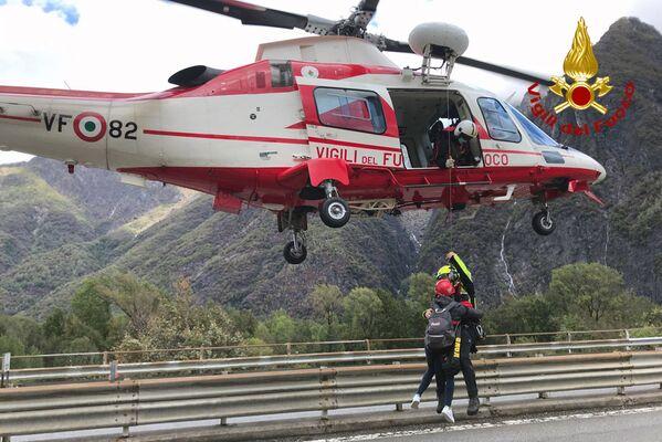 イタリ北部ピエモンテ州で住民を避難させる消防士(2020年10月4日) - Sputnik 日本