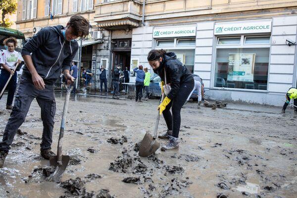 イタリアのリグーリア州ヴェンティミーリアで、道路の泥を掃除する地元住民ら(2020年10月3日) - Sputnik 日本