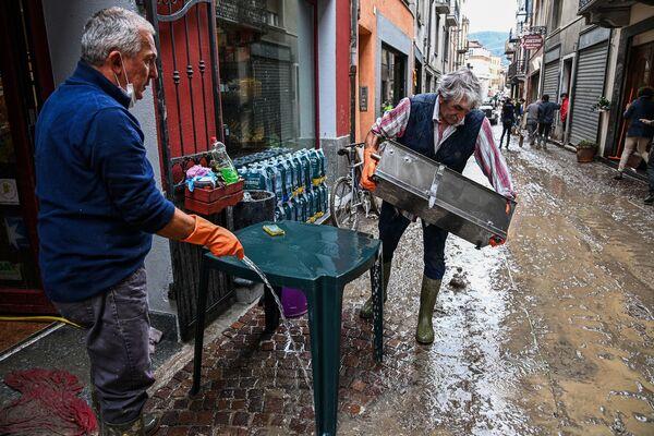 イタリア北部ピエモンテ州ガレッシオで店の備品を掃除する地元住民ら(2020年10月4日) - Sputnik 日本