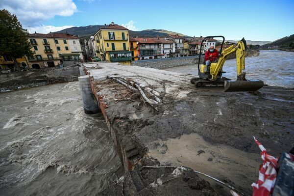 イタリア北部ピエモンテ州ガレッシオで、掘削機で道路橋を清掃する作業員(2020年10月4日) - Sputnik 日本