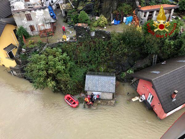 イタリア北部ピエモンテ州で地元住民の救助作業にあたる消防隊員ら(2020年10月4日) - Sputnik 日本