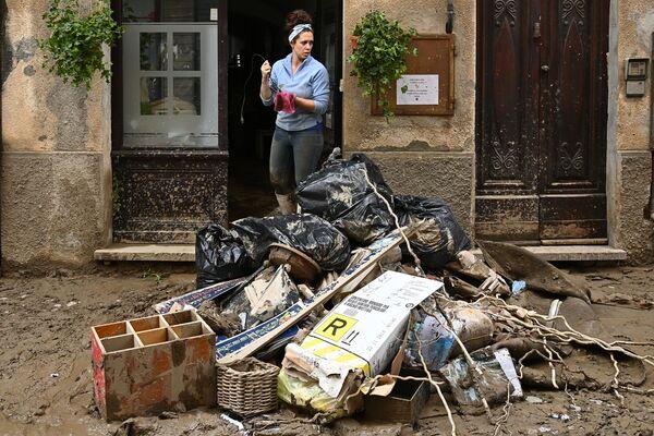 イタリア北部ピエモンテ州で家の前を掃除する女性(2020年10月4日) - Sputnik 日本