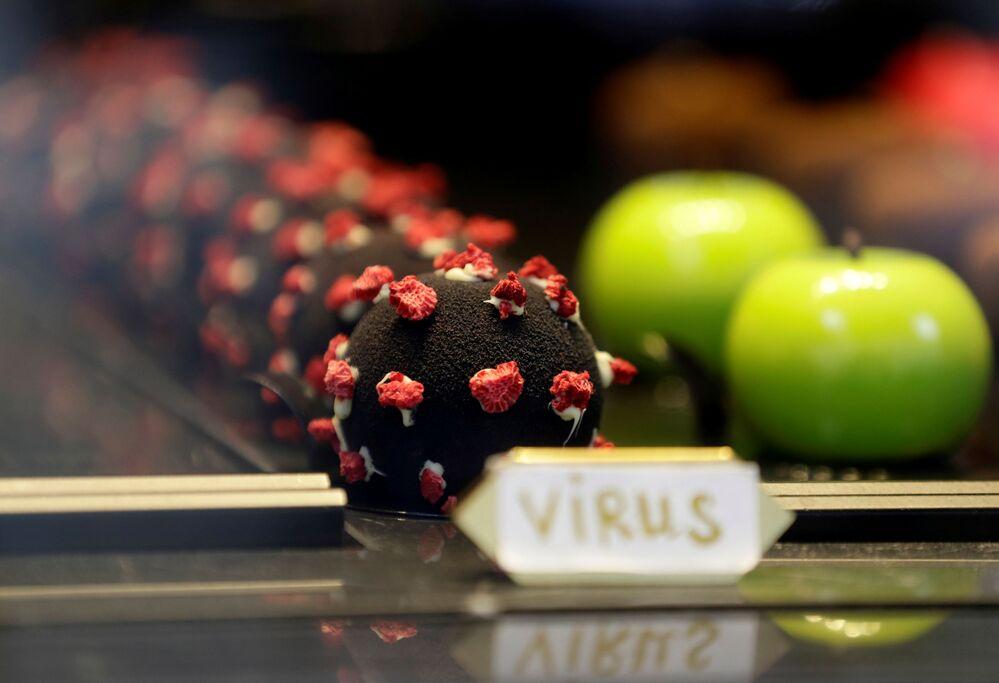 プラハのカフェで販売される新型コロナウイルスSARS-CoV-2とかたどったケーキ