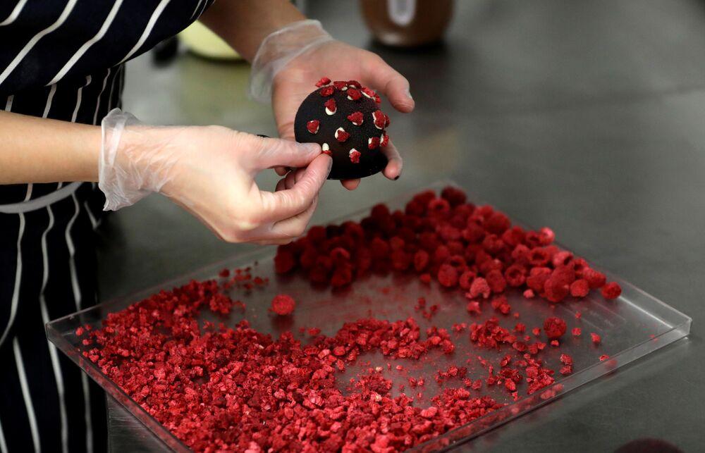 ラズベリーで新型コロナウイルスSARS-CoV-2の突起を表現する菓子職人