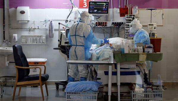 Медработники с пациентом с коронавирусом в медицинском центре Шиба в Израиле  - Sputnik 日本