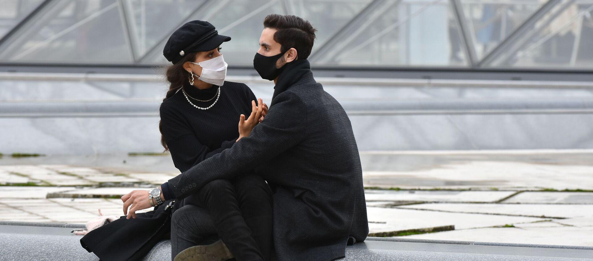 パリのルーブル美術館前でマスク姿の若者たち - Sputnik 日本, 1920, 22.06.2021