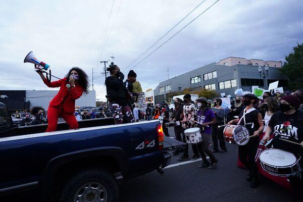米オレゴン州ポートランドで11月4日、米大統領選を受けて行われた抗議デモ - Sputnik 日本