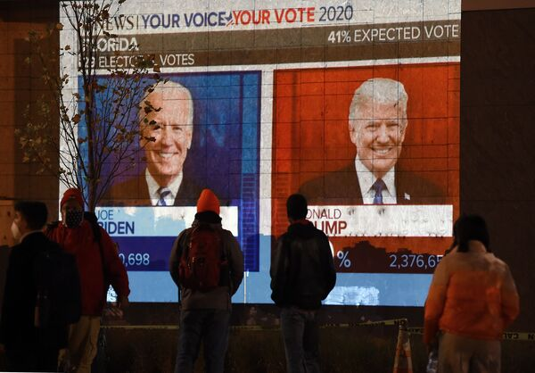 11月3日、ホワイトハウス前でフロリダ州の選挙結果を眺める市民 - Sputnik 日本