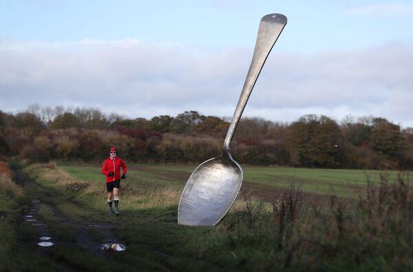 英イングランドのクラムリントンにあるスプーンの彫刻「The Eat For England(The Giant Spoon)」 - Sputnik 日本