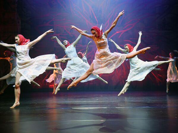 演劇の公演を行うモスクワ・ダンス・シアターのダンサーら - Sputnik 日本