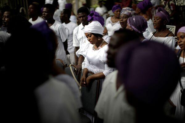 ハイチ首都ポルトー・プランスで11月1日、民間信仰のブードゥー教のお祭り「死者の日」に参加する信者ら - Sputnik 日本