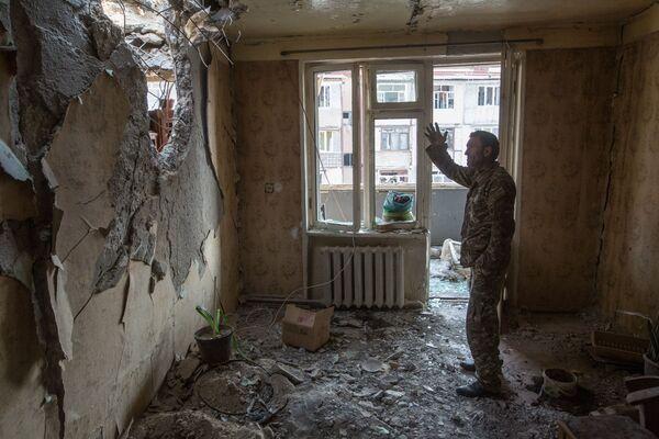 ナゴルノ・カラバフの都市ステパナケルトで、砲撃によって崩壊したアパートに立つ男性 - Sputnik 日本