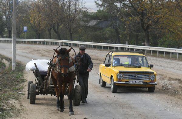 モルドバの村の道路を馬車で走る男性 - Sputnik 日本