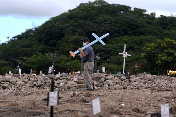 ホンジュラスの首都テグシガルパで11月2日、十字架を背負って墓地を歩く男性 - Sputnik 日本