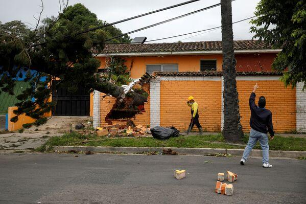 エルサルバドル首都サン・サルバドルで11月4日、熱帯暴風雨「エータ」の被害を受けた街を歩く地元住民 - Sputnik 日本
