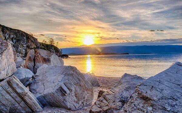 バイカル湖に浮かぶ最大の島、オリホン島から見える夕日 - Sputnik 日本