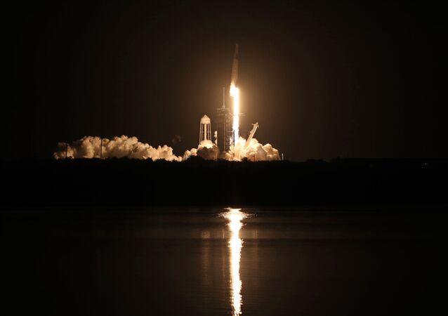 米フロリダ州のケネディ宇宙センターから打ち上げられた宇宙船「クルードラゴン」を搭載したファルコン9ロケット