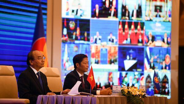 Премьер-министр Вьетнама Нгуен Суан Фук и министр промышленности и торговли Вьетнама Чан Туан Ань на церемонии подписания регионального всеобъемлющего экономического партнерства (ВРЭП) - Sputnik 日本