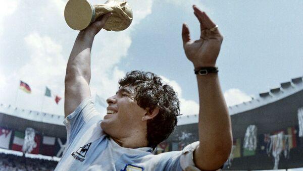 Капитан сборной Аргентины Диего Марадона с Кубком мира по футболу после победы в матче с Западной Германией, 1986 год - Sputnik 日本