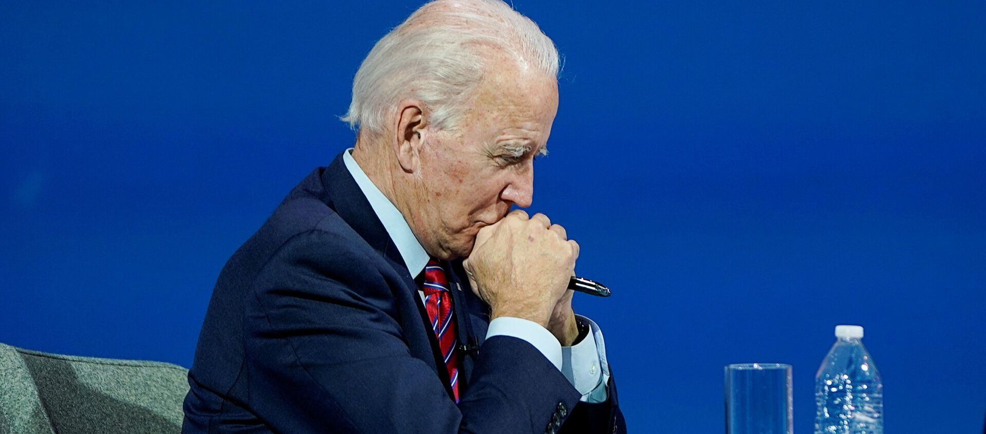 U.S. President-elect Joe Biden listens as he holds a videoconference meeting with members of the U.S Conference of Mayors at his transition headquarters in Wilmington, Delaware, U.S., November 23, 2020. REUTERS/Joshua Roberts - Sputnik 日本, 1920, 30.11.2020