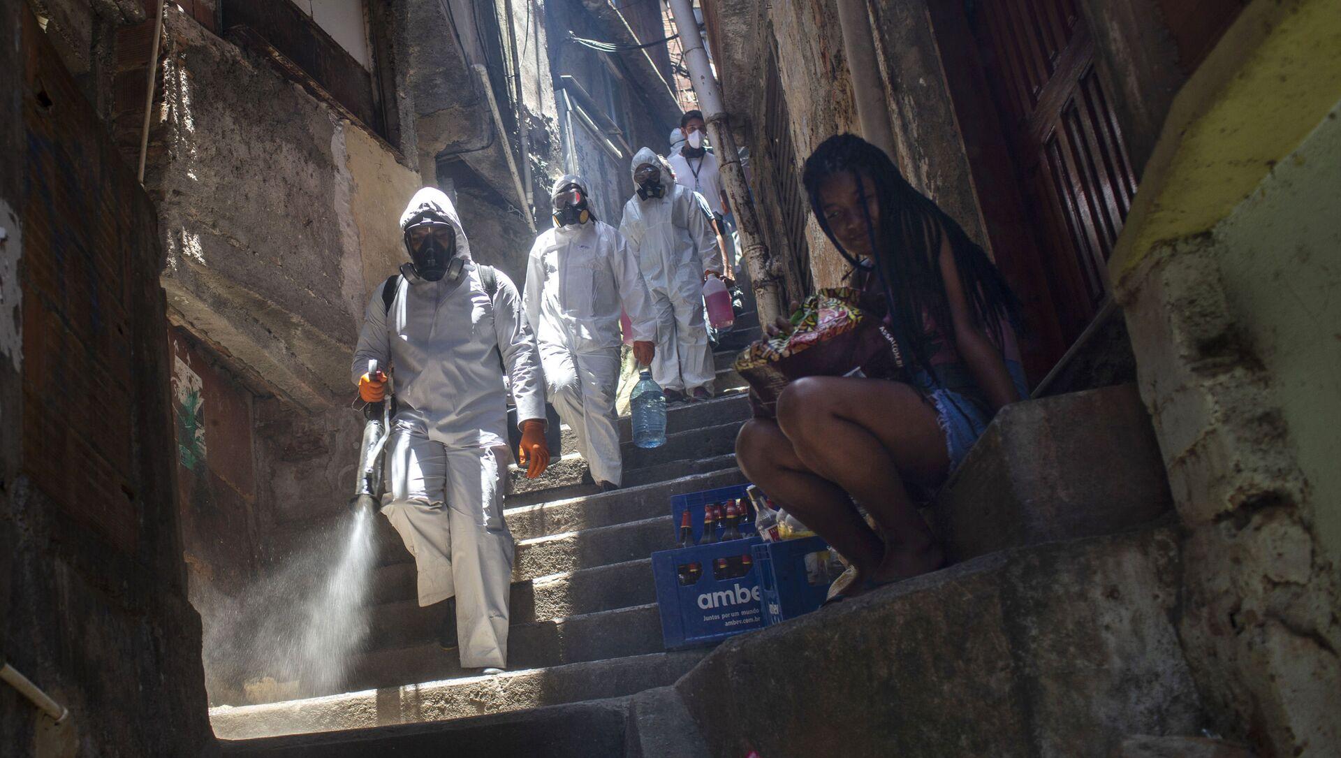Волонтеры во время дезинфекции переулков в трущобах Санта-Марта в Рио-де-Жанейро, Бразилия - Sputnik 日本, 1920, 24.06.2021