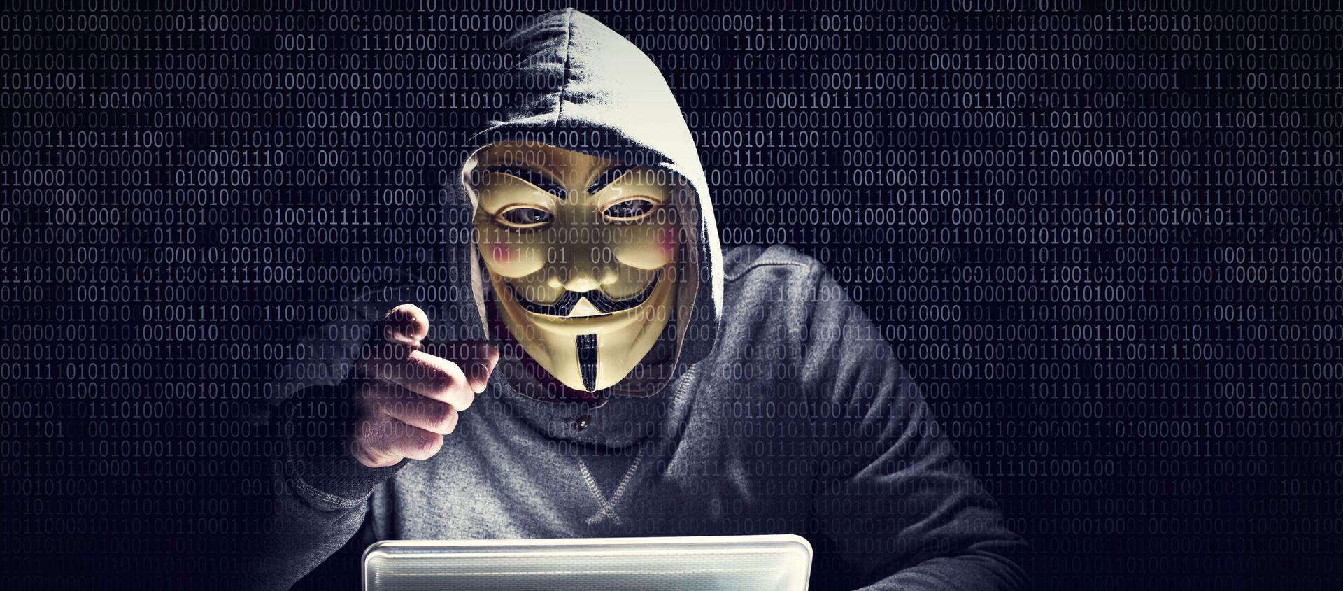 Указывающий на экран хакер в маске - Sputnik 日本, 1920, 07.12.2020