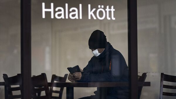 Посетитель в маске в ресторане  в Стокгольме - Sputnik 日本