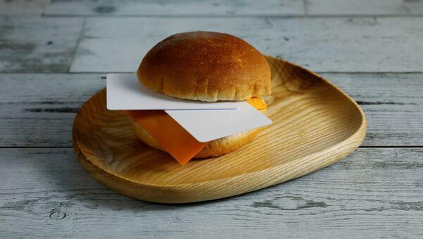 ハンバーガーに挟まれた7グラムのプラスチックカード。10日間に摂取するマイクロプラスチック量に相当 - Sputnik 日本
