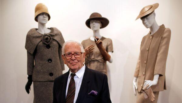 Французский модельер Пьер Карден рядом со своими творениями в музее Past-Present-Future в Париже, 2014 год - Sputnik 日本