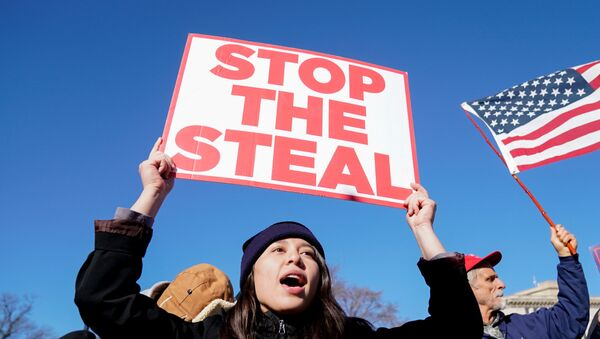 People participate in a Stop the Steal protest outside the U.S. Supreme Court in support of U.S. President Donald Trump in Washington, U.S., December 8, 2020.  - Sputnik 日本