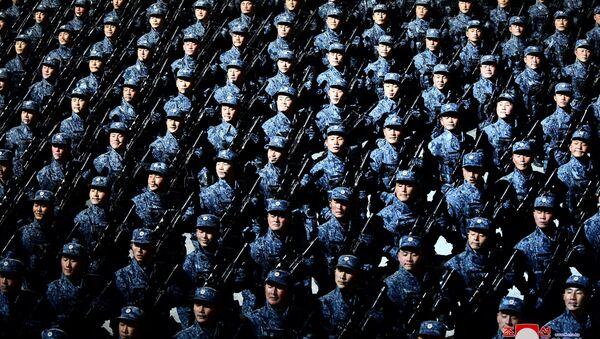 Солдаты во время военного парада в Пхеньяне по случаю VIII съезда Трудовой партии Кореи - Sputnik 日本