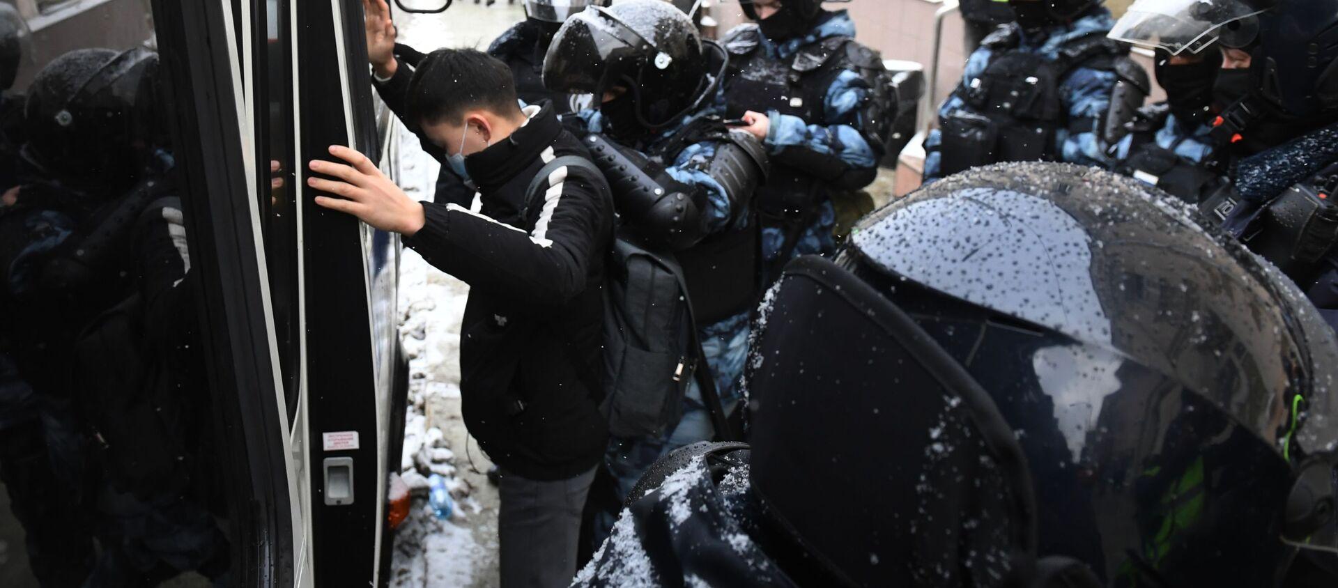 Сотрудники правоохранительных органов задерживают участника несанкционированной акции сторонников Алексея Навального в Москве - Sputnik 日本, 1920, 31.01.2021