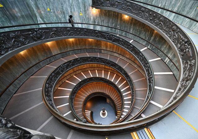 再開したバチカン美術館の螺旋階段を下りる男性