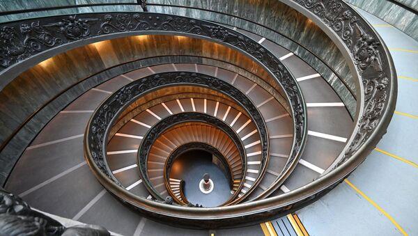 再開したバチカン美術館の螺旋階段を下りる男性 - Sputnik 日本