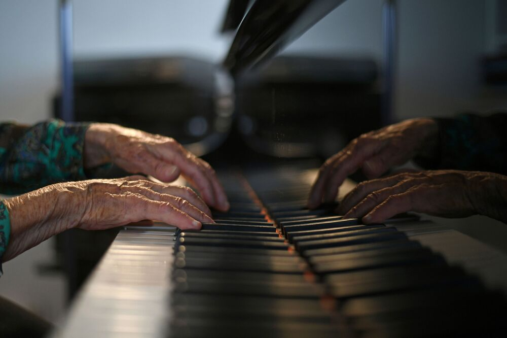 フランス・パリの自宅でピアノを演奏するコレット・マゼさん